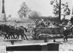 Flüchtlinge aus Ostpreußen auf Pferdewagen.