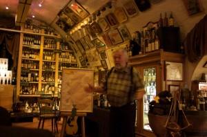 Horst Kroll erklärt im Theorieteil die schottischen Whisky-Regionen