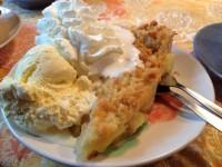 Stufe 2: Apfelkuchen mit Vanilleeis und Sahne